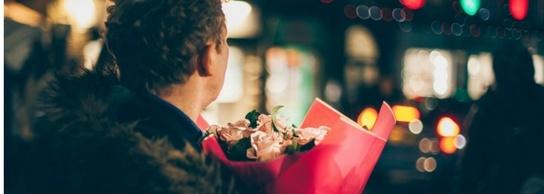 novio con flores