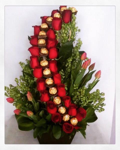 Arreglo Floral Con Rosas Tulipanes Y Chocolates